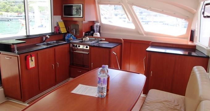 Verhuur Catamaran Robertson and Caine met vaarbewijs