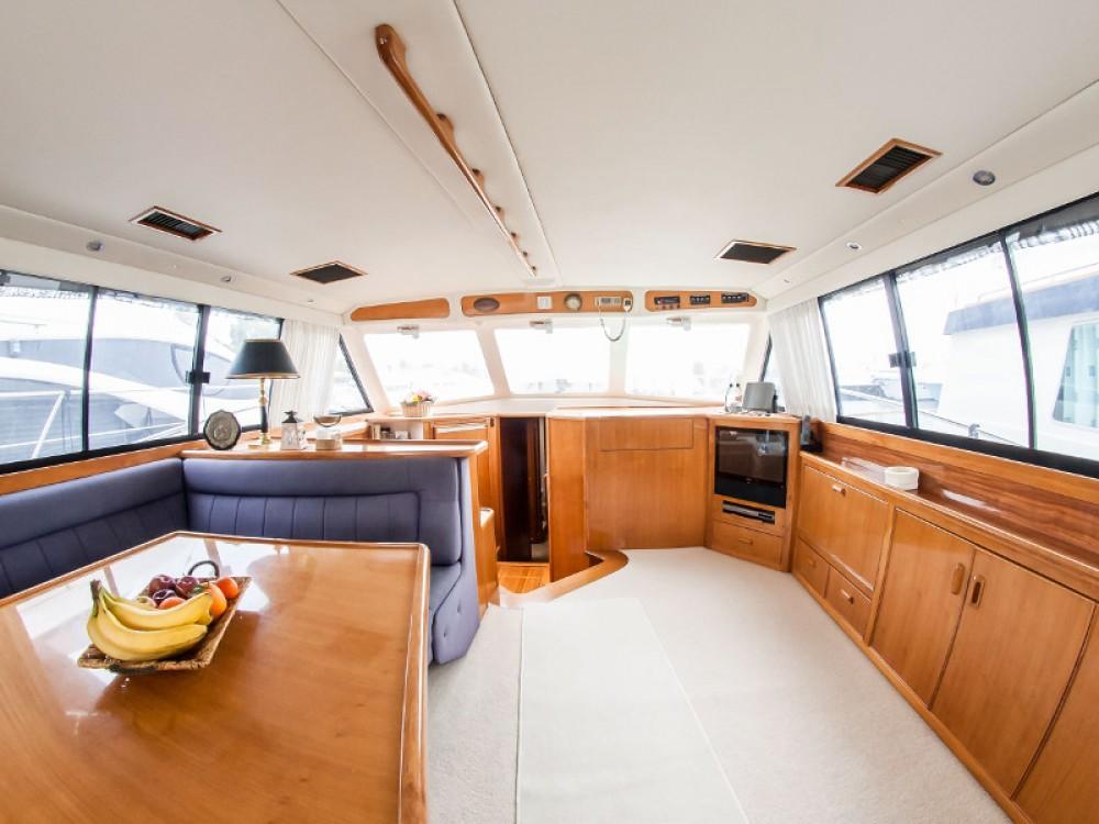 Bootverhuur Riviera Riviera 48 in Marina de Alimos via SamBoat