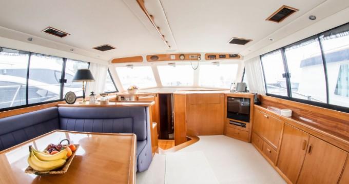 Bootverhuur Riviera Riviera 48 in Álimos via SamBoat