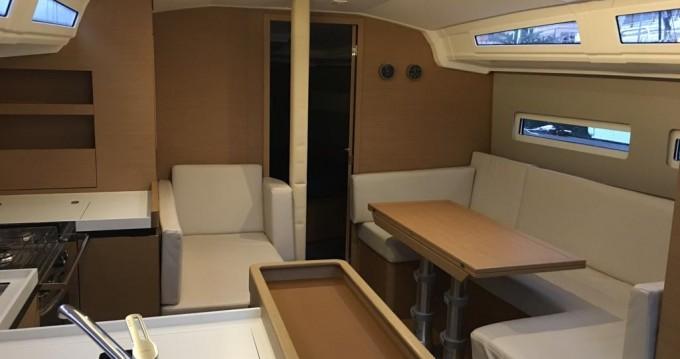 Huur een Jeanneau Sun Odyssey 410 in San Vincenzo