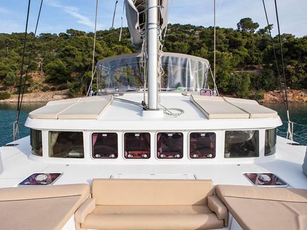 Catamaran te huur in Marina de Alimos voor de beste prijs