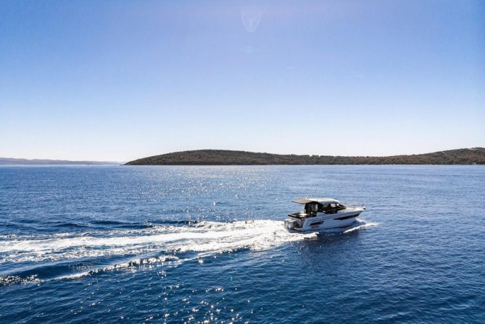 Huur Motorboot met of zonder schipper Jeanneau in Marina Kaštela