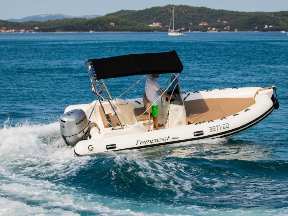 Bootverhuur Cantiere TEMPEST 600 + Honda 115 in Marina Zadar via SamBoat