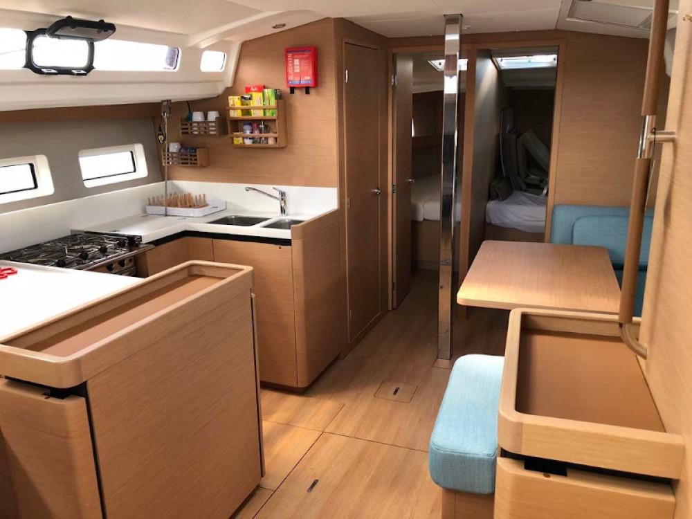 Huur een Jeanneau Sun Odyssey 440 in Marina de Alimos