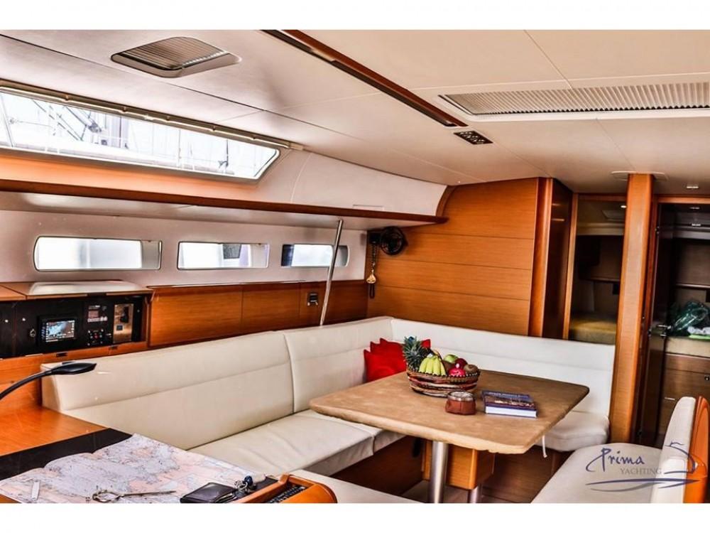 Bootverhuur Jeanneau Sun Odyssey 509 (2015 )( FULL REFIT 2020 - A/C,GENERATOR,INVENTER ) in Marina de Alimos via SamBoat