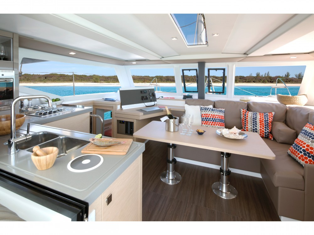 Huur een Fountaine Pajot Lucia 40 (4cab./2hds) in Mindelo