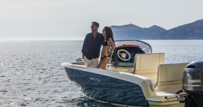 Verhuur Motorboot Invictus  met vaarbewijs